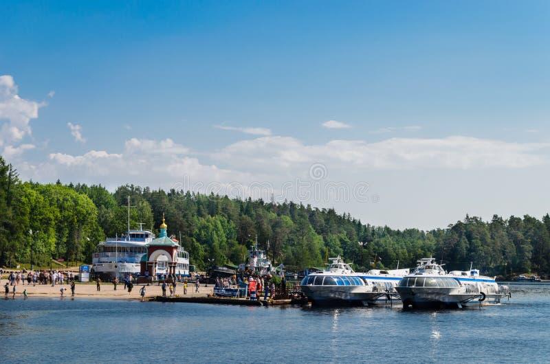 Valaameiland, Rusland - 07 07 2018: vleugelbootschepen bij de pijler van het Valaam-Klooster stock foto