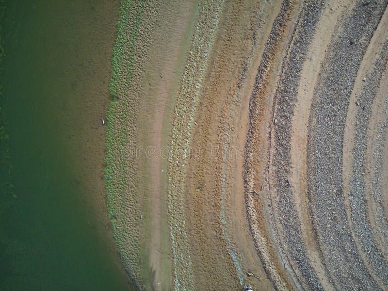 Valdecañas水库的鸟瞰图,用从海藻的绿色水和水的下降的自然线 ?? 图库摄影