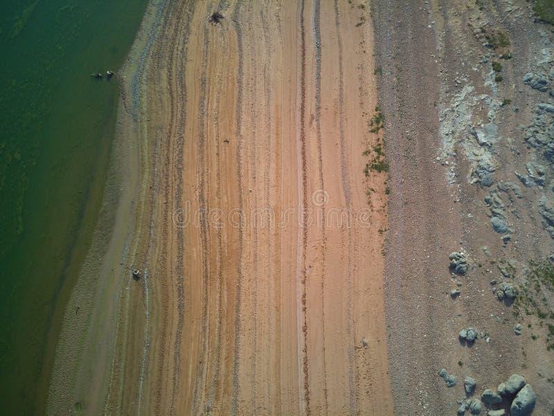 Valdecañas水库的鸟瞰图,用从海藻的绿色水和水的下降的自然线 ?? 库存图片