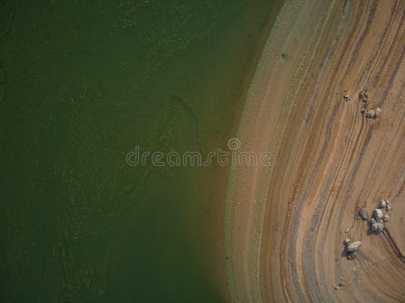 Valdecañas水库的鸟瞰图,用从海藻的绿色水和水的下降的自然线 ?? 库存照片