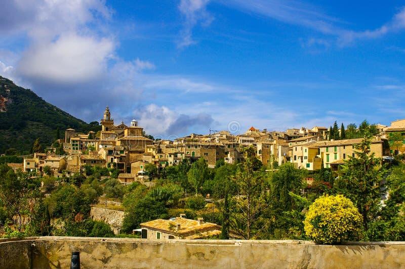 Valdemossa舒适小镇的看法从观察台的在一个夏日 免版税库存图片