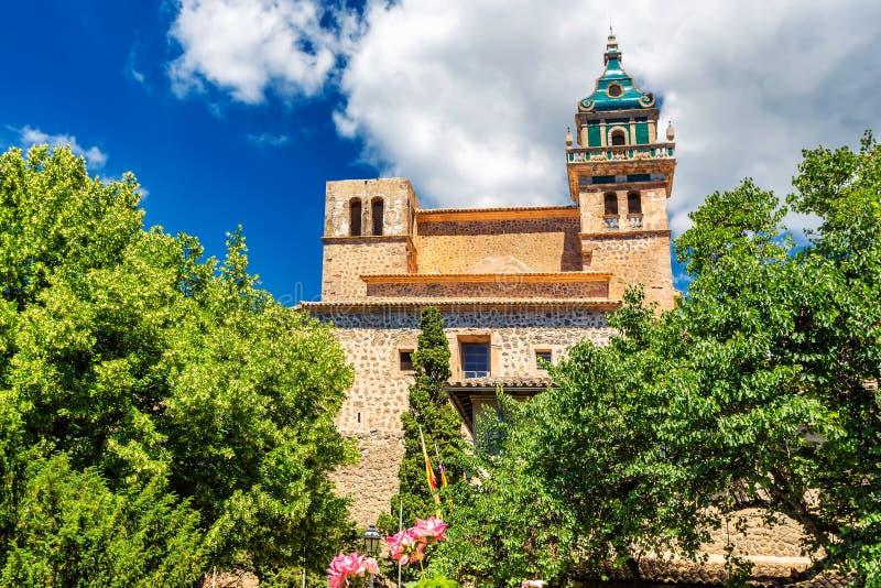 Valdemossa klosterhistorisk byggnad och träd och växter för livlig gräsplan fotografering för bildbyråer