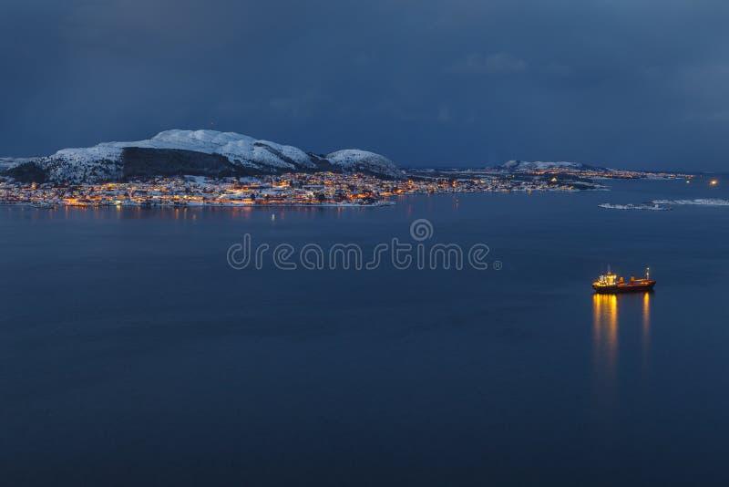 Valderoya海岛的全景在从Aksla小山的夜之前 库存照片