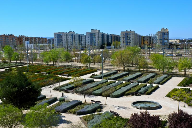 Valdespartera,萨瓦格萨/西班牙- 2019年3月27日:公园和居民住房的看法 免版税图库摄影