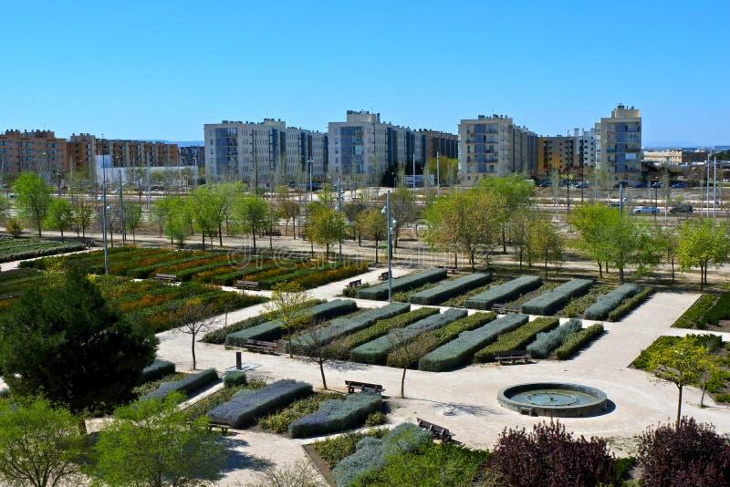 Valdespartera Zaragoza/Spanien - mars 27, 2019: Sikten av parkerar och bostads- byggnader royaltyfri fotografi