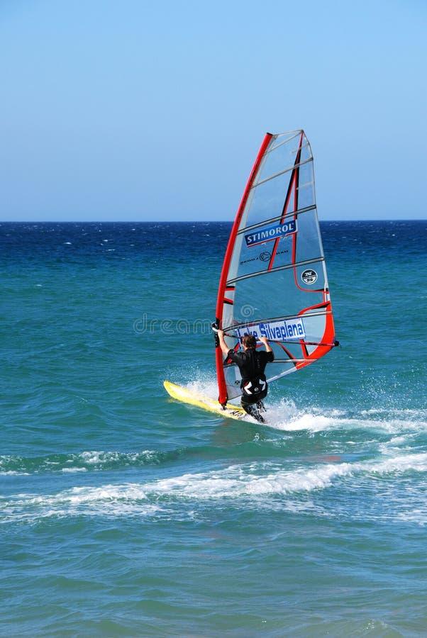 Valdevaqueros海滩,塔里法角,西班牙的风帆冲浪者 库存照片