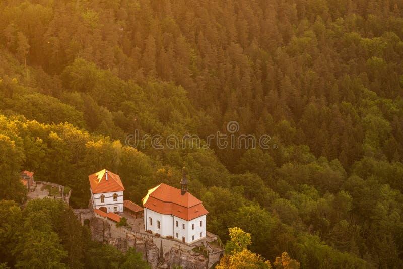 Valdstejn-Schloss in b?hmischen Paradise von oben lizenzfreie stockfotografie