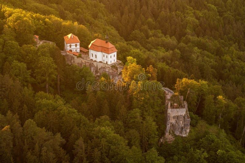 Valdstejn-Schloss in b?hmischen Paradise von oben lizenzfreies stockfoto