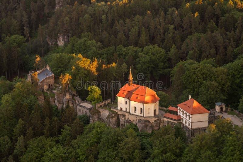 Valdstejn-Schloss in b?hmischen Paradise von oben stockfotografie