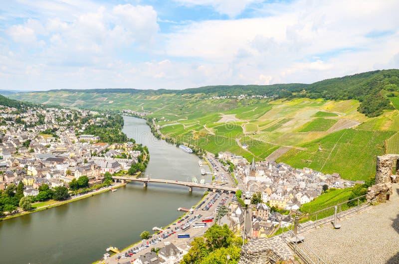 Vale Alemanha de Moselle: Vista do castelo de Landshut à cidade velha Bernkastel-Kues com vinhedos e rio Mosel no verão imagem de stock royalty free