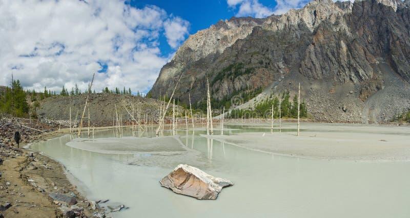Vale bonito com vista às montanhas, ao lago e às árvores secas imagem de stock