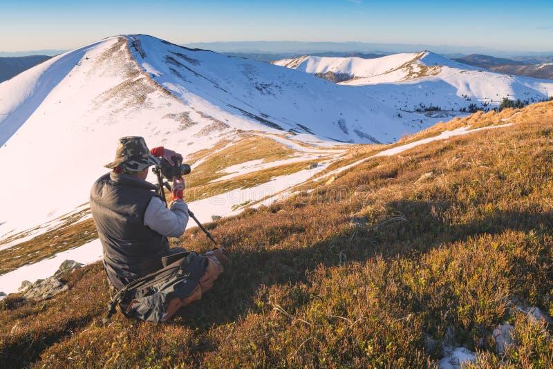 Vale bonito da montanha do inverno em uma luz da manhã fotos de stock
