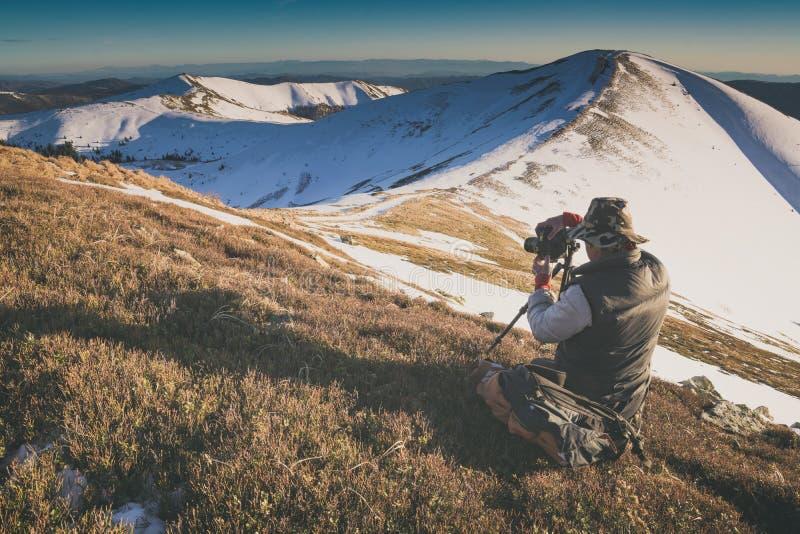 Vale bonito da montanha do inverno em uma luz da manhã Instagram s foto de stock