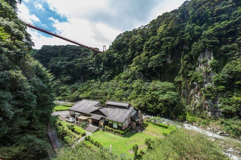 Vale bonito e casa japonesa na cachoeira de Kamikawa Otaki fotos de stock