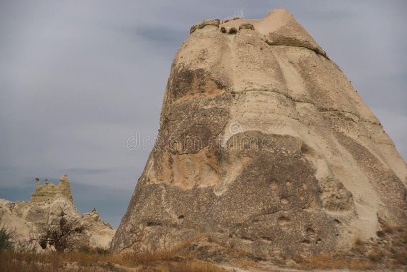 Vale branco, Cappadocia, desfiladeiro Baydere, Turquia: Paisagem extraordinária com montanhas e rochas no outono foto de stock