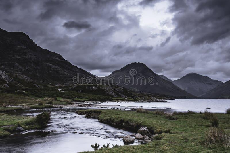 Vale cênico da montanha com o córrego que cai no lago no distrito do lago, Cumbria, Reino Unido foto de stock