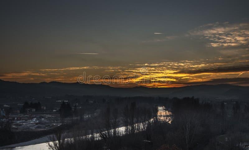 Vale com o rio no por do sol imagem de stock