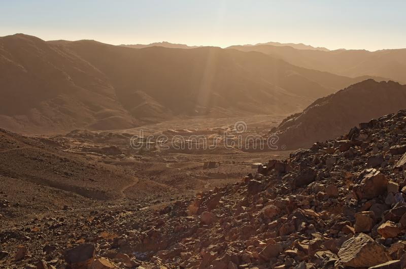 Vale com a vila pequena entre montanhas altas Vista da montagem Horeb do monte Sinai, Gabal Musa Manhã cênico do inverno fotos de stock