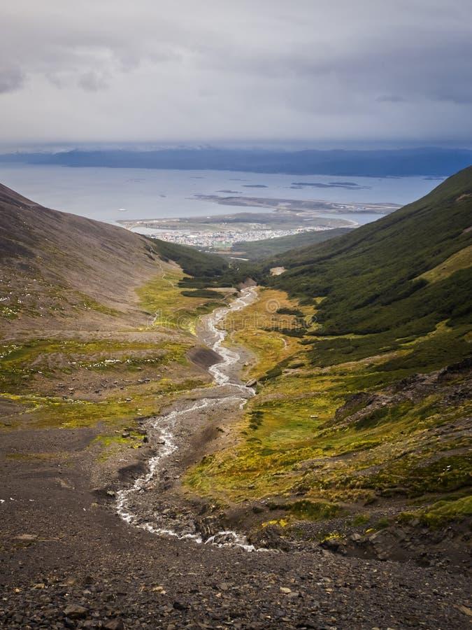 Vale da geleira marcial e de seu rio com Ushuaia e o canal do lebreiro na parte traseira imagem de stock