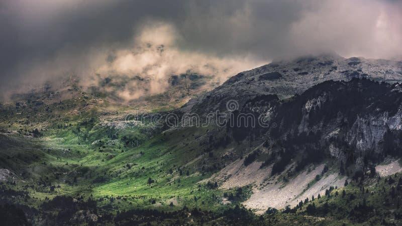 Vale da montanha com as nuvens de chuva que formam acima imagens de stock royalty free