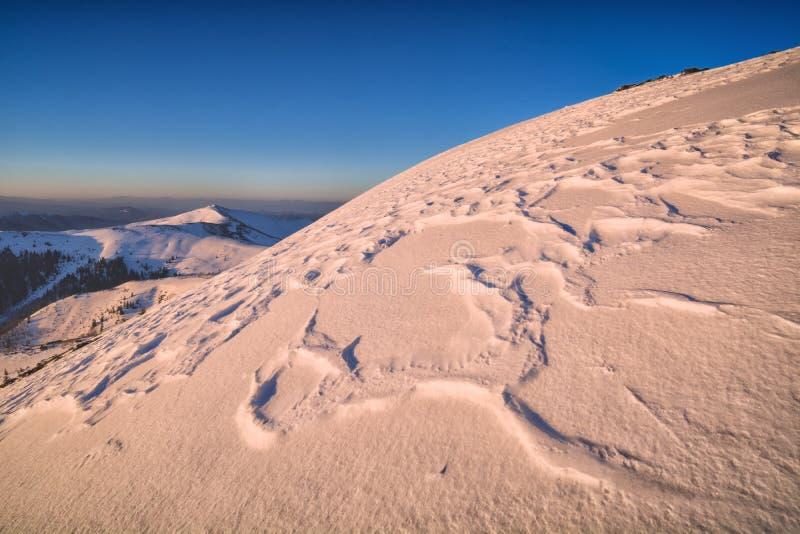 Vale da montanha do inverno com tampa de neve imagens de stock