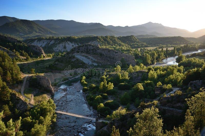 Vale das aros pristine do rio no por do sol, espanhol Pyrenees foto de stock