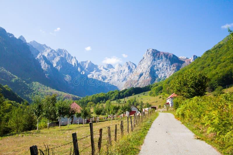 Vale das montanhas da vila da cidade foto de stock royalty free