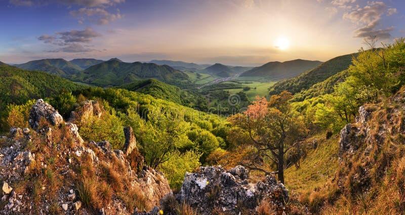 Vale das montanhas durante o nascer do sol Paisagem natural de Verão foto de stock royalty free