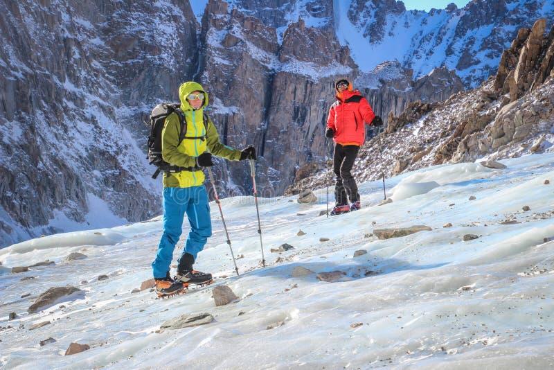 Vale de Alá-Archa Montanhas Kirgizstan Montanhistas no glacer imagens de stock royalty free