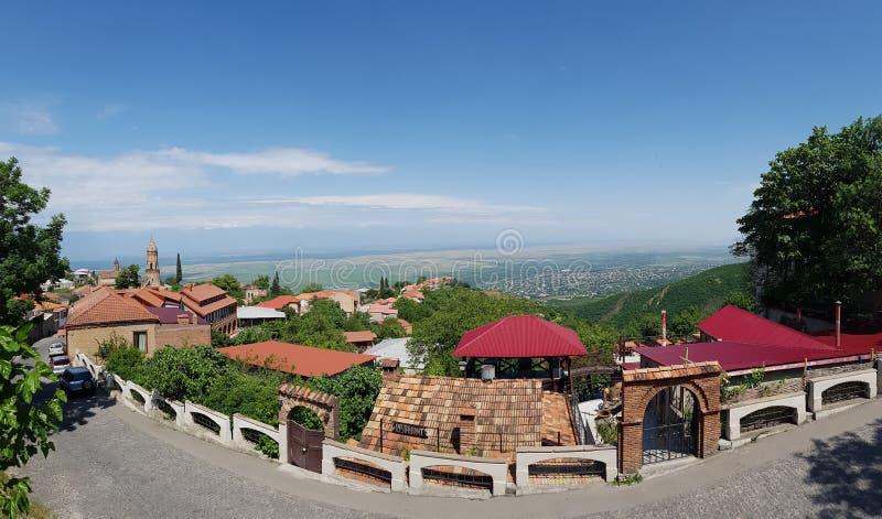 Vale de Alazani As regiões vinho-crescentes de Geórgia Fortificações velhas em Sighnaghi o capital da região Kakheti do vinho em  fotos de stock