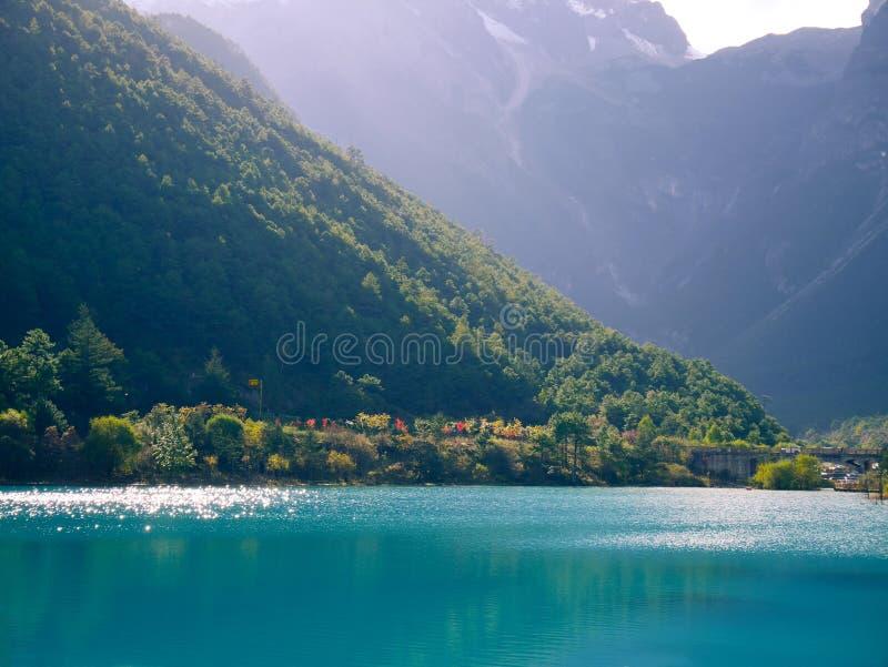 Vale de Blue Moon com Jade Dragon Snow Mountain imagem de stock