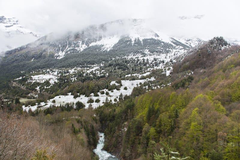 Vale de Bujaruelo no parque nacional de Ordesa y Monte Perdido com alguma neve na montanha imagens de stock