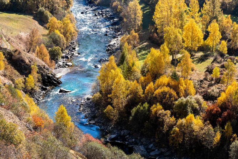 Vale de Engadine com o rio da pensão em uma paisagem sazonal da queda imagens de stock royalty free