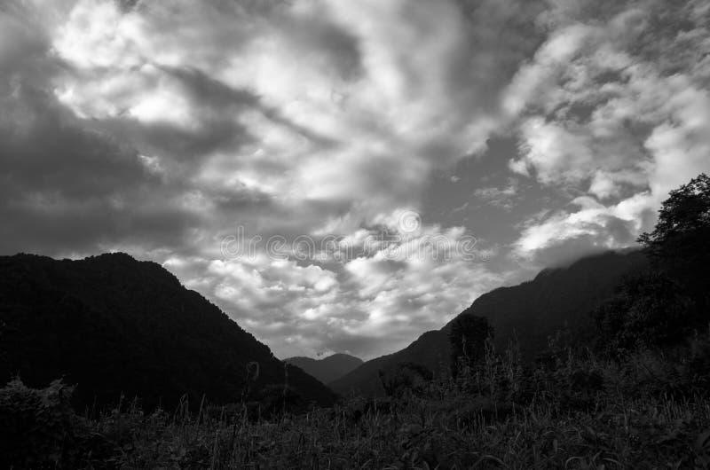 vale de esc2wander das nuvens e da chuva imagens de stock