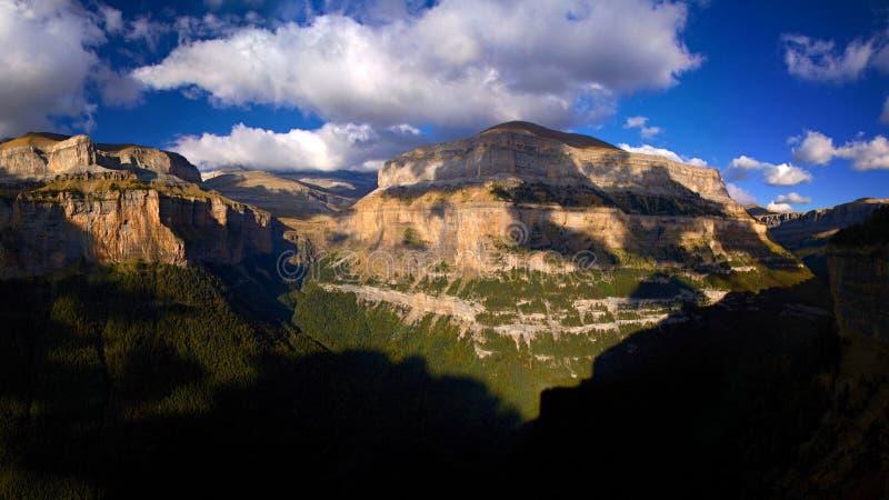 Vale de Ordesa na luz com nuvens bonitas, Ordesa y Monte Perdido National Park do por do sol, Pyrenees, Espanha fotos de stock