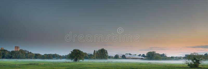 Vale de Tiffey com trem do vapor em Misty Evening imagens de stock royalty free