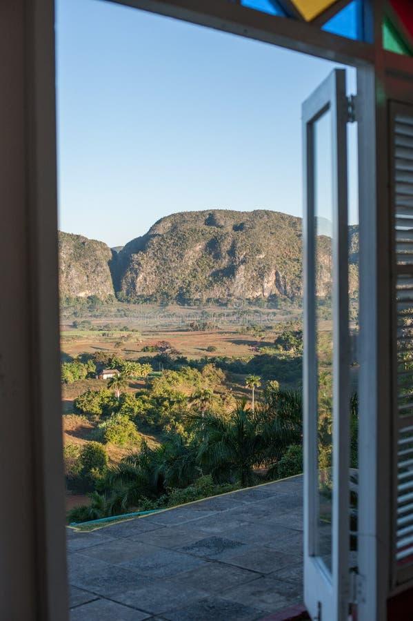 Vale de Vinales, opinião da janela aos montes de Vinales foto de stock