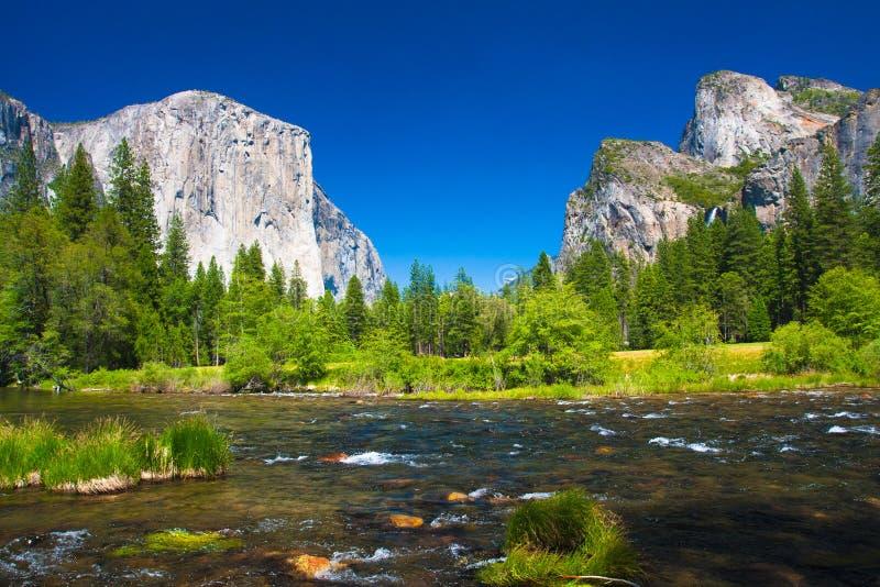 Vale de Yosemite com a rocha do EL Capitan e as cachoeiras nupciais do véu imagens de stock royalty free