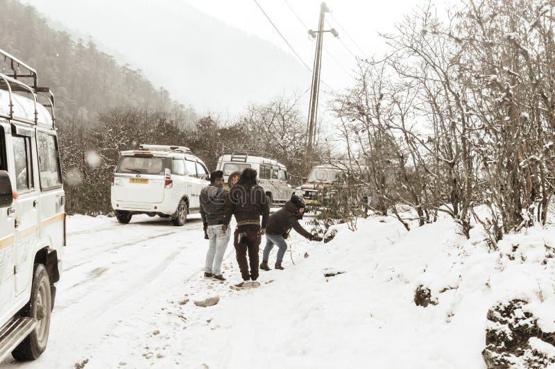 Vale de Yumthang, Sikkim, Índia 1º de janeiro de 2019: Grupo de turista na roupa do inverno que aprecia a neve na queda de neve e imagens de stock