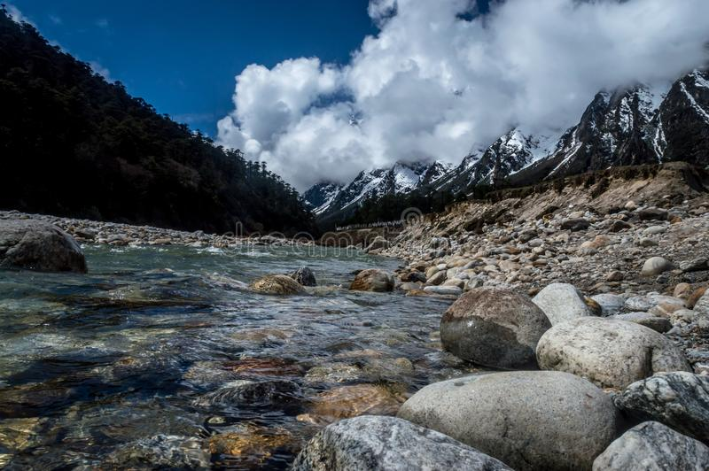 Vale de Yumthang, uma atração turística popular e área de acampamento da natureza nos Himalayas orientais foto de stock royalty free