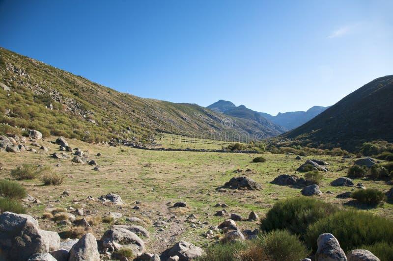 Download Vale do prado foto de stock. Imagem de montanha, rocha - 12804634