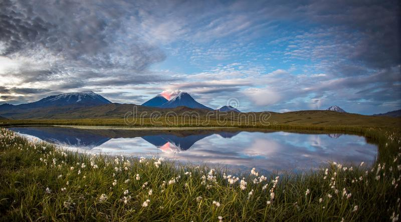 Vale do vulcão que reflete fora de uma lagoa perto do vulcão ativo de Tolbachik fotos de stock