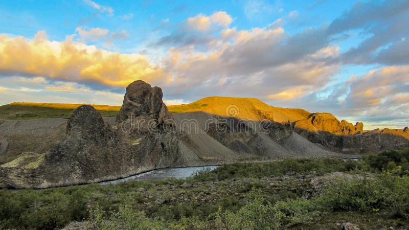Vale e rio Columnar da formação de rocha em Vesturdalur, Asbyrgi durante o por do sol, parque nacional de Vatnajokull, Islândia fotografia de stock royalty free