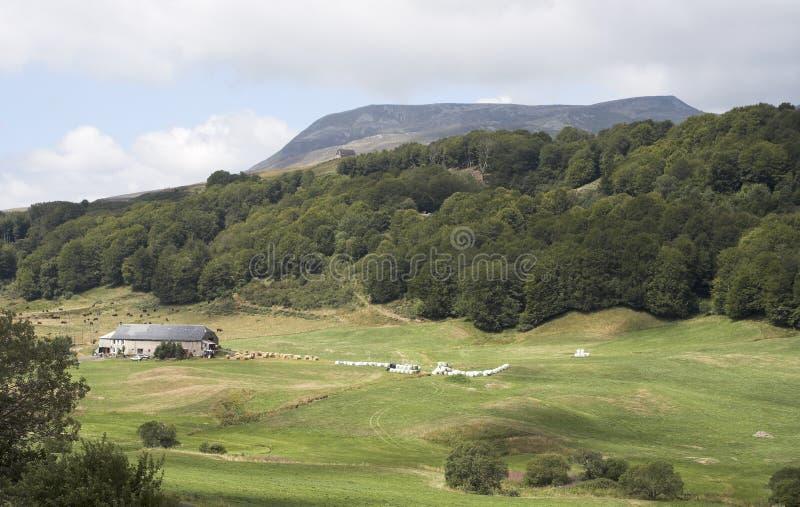 Vale entre montes e montanhas fotos de stock royalty free