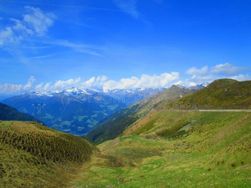 Vale europeu sob montanhas imagens de stock royalty free