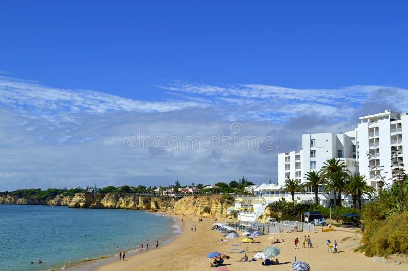 Vale fa la spiaggia di Olival sull'Algarve fotografia stock