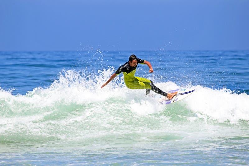 VALE FIGUEIRAS - 20 AGOSTO: Surfista professionista che pratica il surfing un'onda fotografia stock libera da diritti