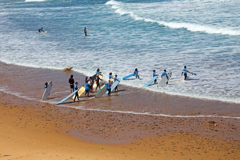 VALE FIGUEIRAS, PORTUGAL - 19 DE JULHO DE 2018: Antena do ge dos surfistas imagem de stock royalty free