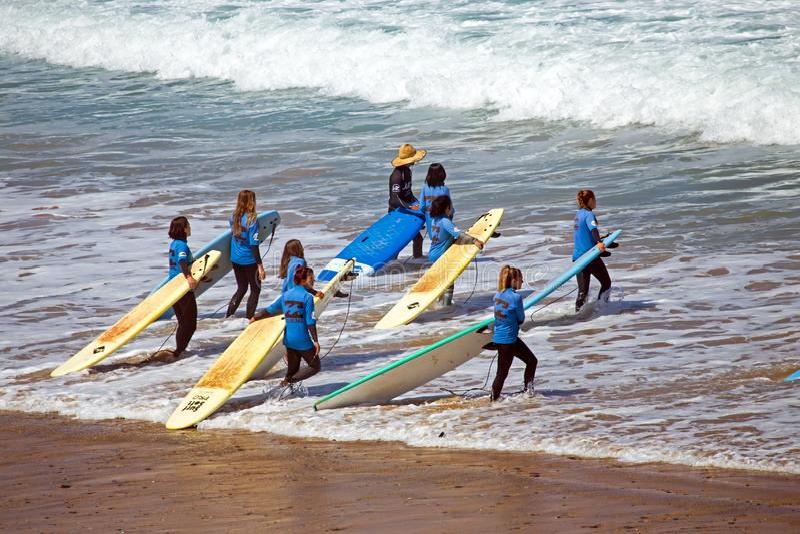 VALE FIGUEIRAS, PORTUGAL - 19 DE JULHO DE 2018: Antena do ge dos surfistas fotos de stock