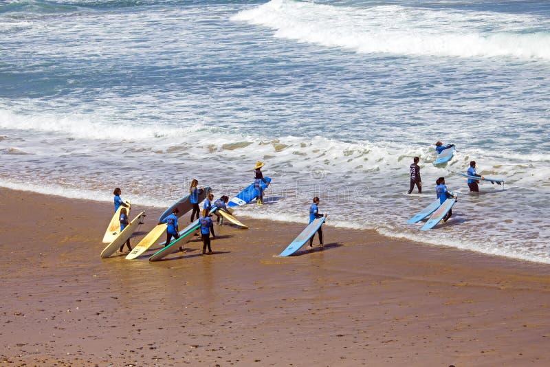 VALE FIGUEIRAS, PORTUGAL - 19 DE JULHO DE 2018: Antena do ge dos surfistas imagens de stock royalty free
